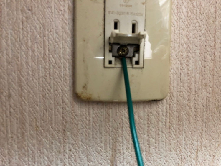 最後にコンセントのところに電線の反対側をつけて完成です。