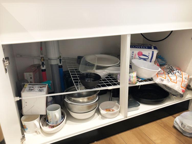調理器具などを収納している状態。重さに耐えられず棚が落ちてしまった。